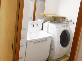洗面リフォーム オフホワイトで統一した清潔感ある洗面空間