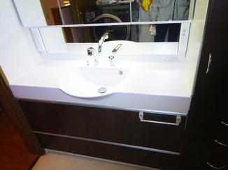 洗面リフォーム 既設サイズに合わせたモダンなイメージの洗面スペース