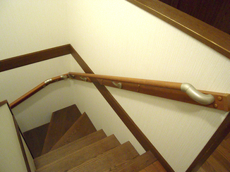 内装リフォーム 手すりを付け、安心して上り下りが出来るようになった階段