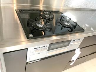 キッチンリフォーム 掃除が楽になるレンジフードとガラストップコンロ