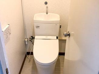 トイレリフォーム 白系の内装材で明るく節水型の使いやすいトイレ