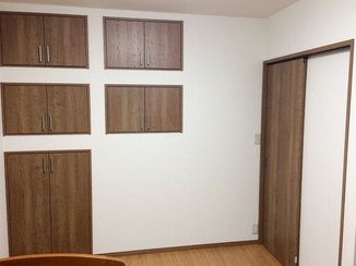 内装リフォーム 内装を同系色でまとめた収納力抜群の洋室