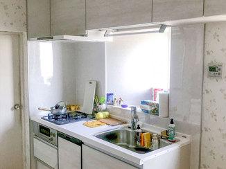 キッチンリフォーム 見違えるほどきれいになったキッチンとフローリング