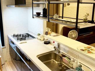 キッチンリフォーム 下がり壁を取り払い、開放的でスタイリッシュになったキッチン廻り