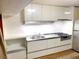 キッチンリフォーム 白基調で合わせた棚を増設し、収納力がアップしたキッチン廻り