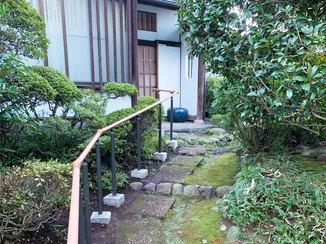エクステリアリフォーム お庭の雰囲気にマッチする、安全で歩きやすい手すり