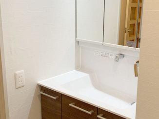洗面リフォーム 使いやすい洗面台と白いクロス&床で、明るく快適な洗面所