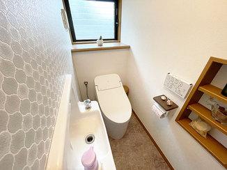 トイレリフォーム タイル風のクロスがかわいい、オート機能が便利なトイレ