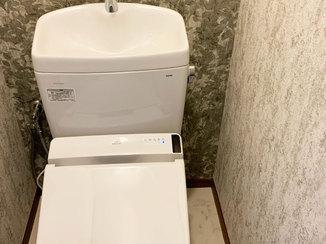 トイレリフォーム 高級感のあるクロスが印象的なトイレ空間