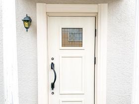 エクステリアリフォームステンドグラスが彩るエレガントな玄関ドア
