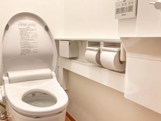 トイレリフォーム 白で統一した明るくキレイなカウンター付きトイレ