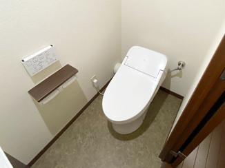トイレリフォーム ブラウン系でまとめた、広々使えるトイレ